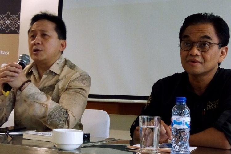 Kepala Badan Ekonomi Kreatif (Bekraf) Triawan Munaf (kiri) dan Deputi Infrastruktur Bekraf Hari Santosa Sungkari (kanan) saat sosialisasi Bantuan Pemerintah (Banper) Deputi Infrastruktur untuk tahun 2018 di Jakarta, Rabu (28/2/2018).