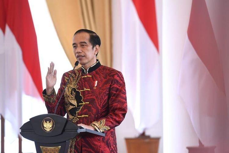 Presiden Joko Widodo mengenakan kemeja cheongsam rancangan Anne Avantie pada perayaan Imlek 2021 yang diselenggarakan secara virtual, Sabtu (20/2/2021).