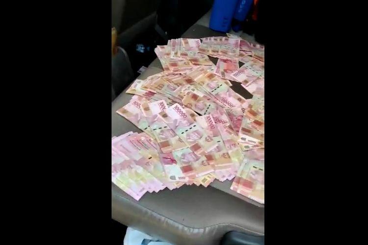 Tangkapan layar video yang menayangkan adanya uang berserakan di dalam mobil salah satu Paslon di Pilkada Kabupaten Mojokerto, Jawa Timur.