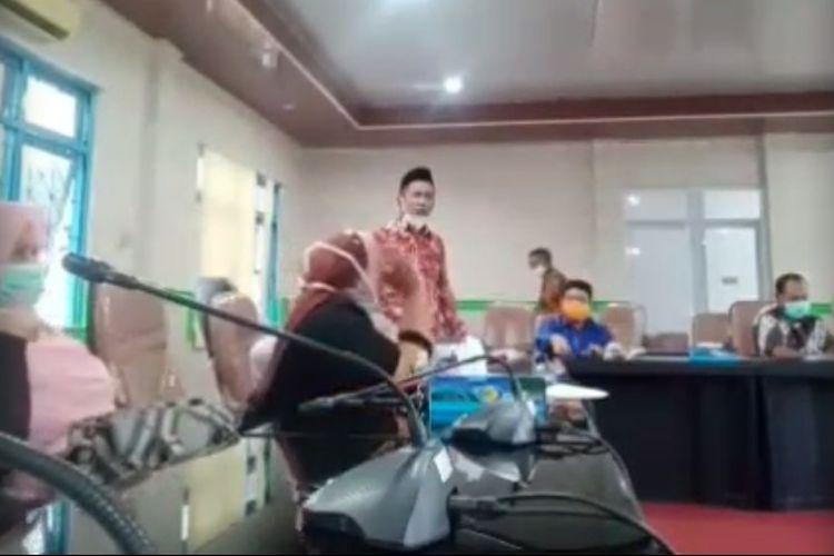 Video seorang anggota DPRD Kabupaten Maluku Tengah, Sukri Wailissa  mengamuk dan membalikan meja saat rapat bersama dengan Tim Gugus Tugas percepatan penanganan Covid-19 viral di media sosial dan grup WhatsApp.