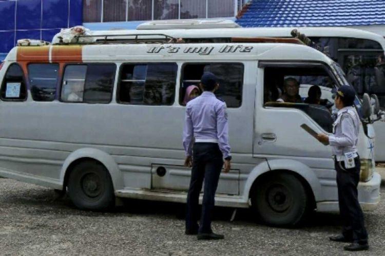 Petugas Dishub Riau melakukan pemeriksaan kendaraan umum dan penumpang di kawasan lintas barat sumatera yang menghubungkan Provinsi Riau dengan Sumatera Barat, beberapa waktu lalu. Dok Istimewa