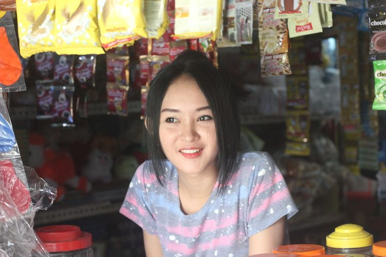 Intan Rose, 23 tahun, gadis penjaga warung asal Cianjur, Jawa Barat, yang wajahnya dianggap mirip selegram Anya Geraldine.