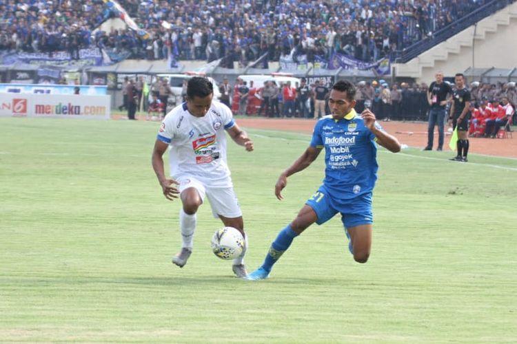 Pemain Arema FC dan Persib Bandung yang sedang berebut bola di Stadion Si Jalak Harupat, Bandung, Selasa (12/11/2019)
