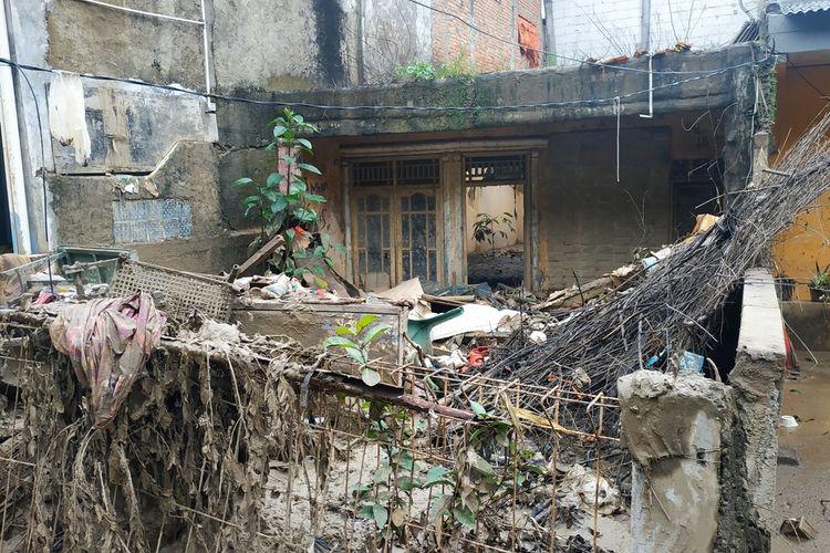 Salah satu rumah warga RW 008 Perumahan Pondok Gede Permai, Jatiasih, Kota Bekasi yang ditinggalkan penghuninya usai dilanda banjir besar pada Rabu (1/1/2020).