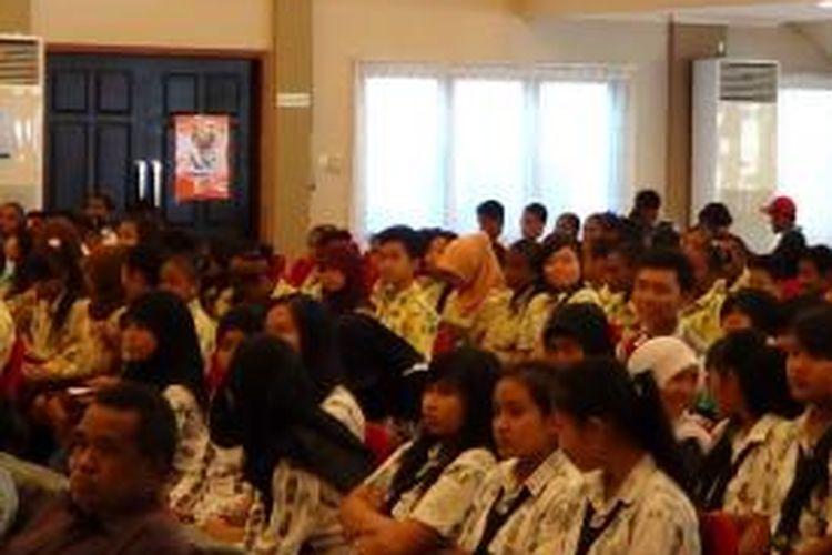 Para Pelajar Sekolah Menengah Atas (SMA) di Manokwari, Papua Barat, yang mengikuti sosialisasi pemilih pemula, Jumat (29/11/2013), yang diselenggarakan oleh Komisi Pemilihan Umum (KPU), Provinsi Papua Barat.