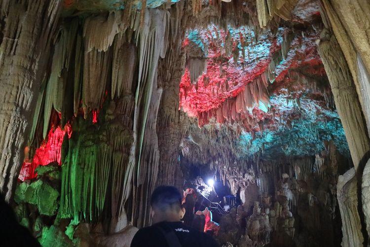 Keindahan batuan di Goa Gong, Pacitan, Jawa Timur dengan warna-warni dari lampu sorot.