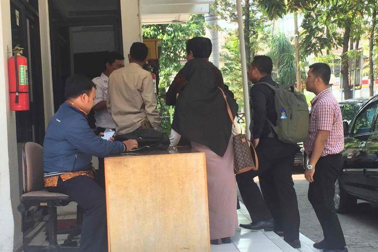 Perwakilan dari SMAN 87, Jakarta Selatan, mendatangi Kantor Bawaslu DKI Jakarta, Senin (15/10/2018),  terkait dugaan pemberian doktrin anti Presiden Joko Widodo yang dilakukan seorang guru SMAN 87 itu, NK, terhadap murid-muridnya.