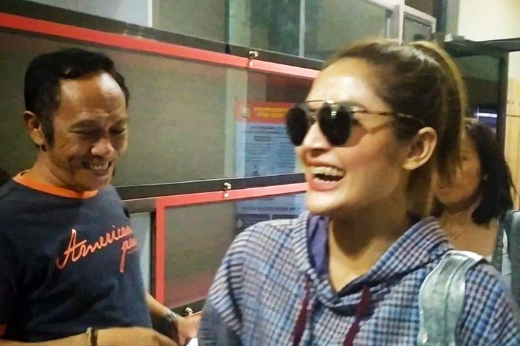 Artis penyanyi Siti Badriah usai diperiksa di Mapolda Jatim, Senin (3/2/2020).