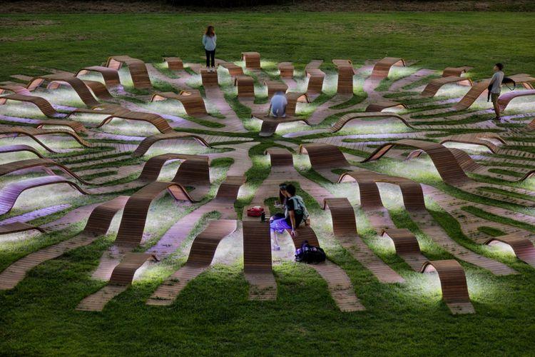 Bentuk kursi yang menjalar merupakan interpretasi akar yang keluar secara dinamis dari tanah dan merambat ke seluruh penjuru taman.