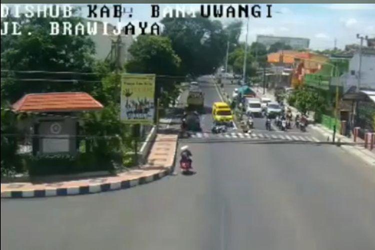 Ambulans berwarna kuning dengan nopol P 708 V yang menbrak sepeda motor adalah milik rumah sakit swasta yang hendak mengantar pasien ke RSUD Blambangan.