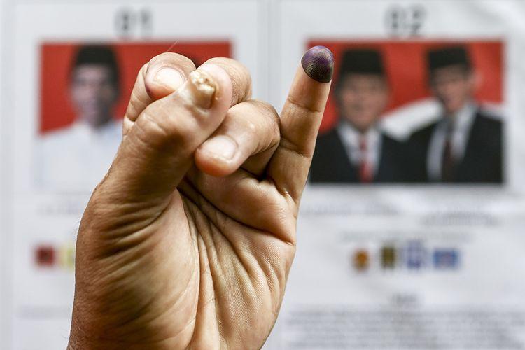 Penyandang disabilitas mental menunjukkan jari kelingkingnya seusai menggunakan hak suaranya di TPS Panti Sosial Bina Laras Harapan Sentosa 1 Cengkareng, Jakarta Barat, Rabu (17/4/2019). Berdasarkan data KPU pada tahun 2019 terdapat 54.282 orang penyandang disabilitas masuk dalam daftar pemilih tetap (DPT) dan ikut berpartisipasi merayakan pesta demokrasi.
