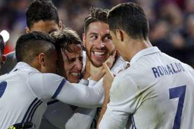 Gelandang Real Madrid, Luka Modric (ketiga dari kanan), merayakan gol yang dicetak rekannya, Sergio Ramos (kedua dari kanan), ke gawang FC Barcelona, dalam lanjutan La Liga di Stadion Camp Nou, Sabtu (3/12/2016).