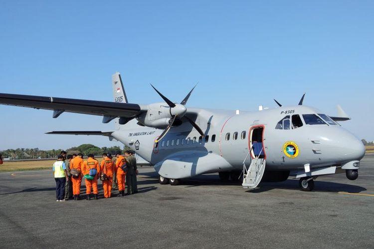 Pesawat CN 235 bersiap diterbangkan menuju Perairan Tanjung Selatan untuk melakukan penyisiran melalui udara, Selasa (6/8/2019)