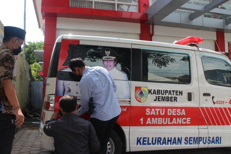 Pasien yang datang ke RSD dr Soebandi terpaksa harus dirawat di ambulans karena ruang isolasi dan tenda darurat penuh