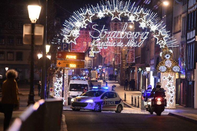 Mobil polisi berpatroli di jalanan  Strasbourg, Perancis timur, setelah penembakan pada Selasa (11/12/2018) malam. (AFP/Frederick Florin)