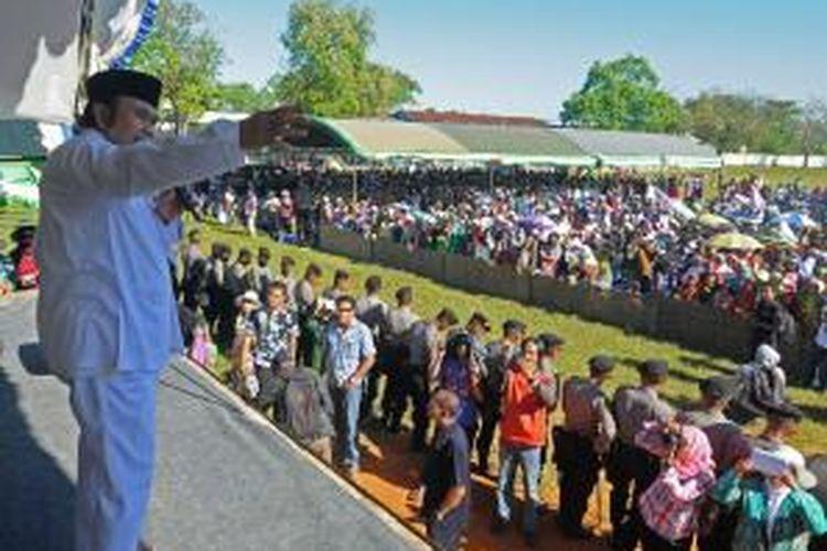 Rhoma Irama saat menghadiri kampanye untuk pasangan Khofifah Indar Parawansa-Herman Sumawireja di Kabupaten Pamekasan, Jumat (16/8/2013).