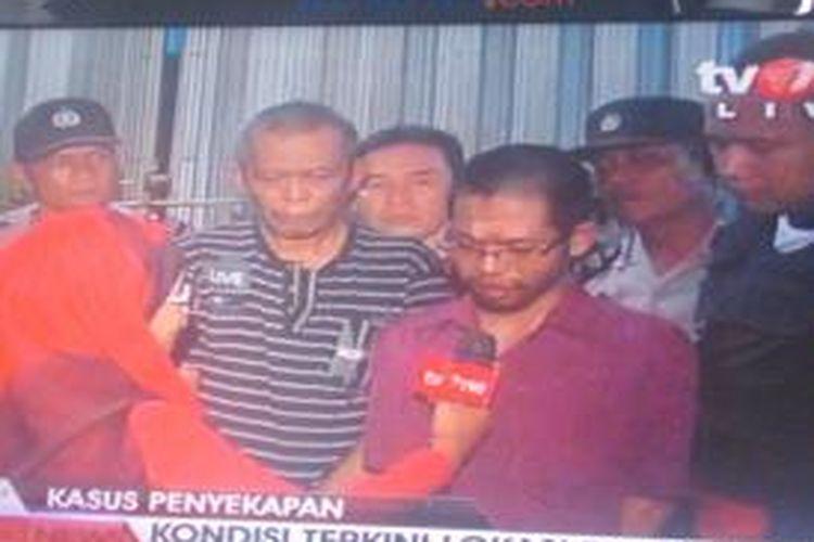 Dua korban penyekapan di ruko di Jalan Hayam Wuruk Jakarta Barat. Ruko ini digerebek aparat Kepolisian Sektor Metro Tamansari Jakarta Barat, Selasa (17/9/2013) malam.