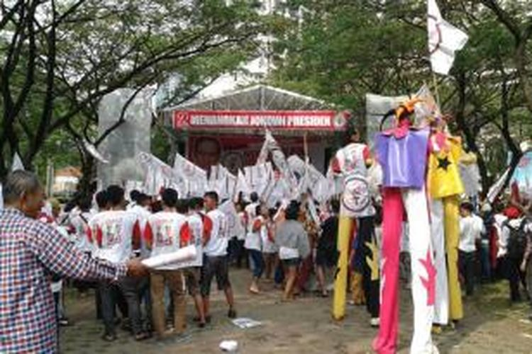 Suasana di area Gelora Bung Karno, Senayan, Jakarta Pusat, pada Konser Salam Dua Jari Menuju Kemenangan Jokowi-JK, Sabtu (5/7/2014).