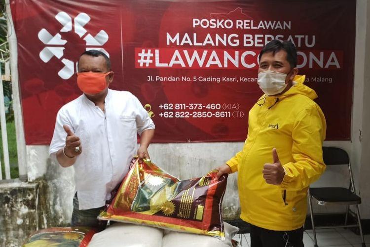 Juru bicara Malang Bersatu Lawan Corona (MBLC), Sudarmadji menerima beras sumbangan dari Waketum PSSI Iwan Budianto.