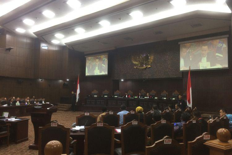 sidang lanjutan perselisihan hasil pemilihan gubernur Sulawesi Tenggara Tahun 2018 dengan agenda mendengar jawaban termohon, keterangan pihak terkait, keterangan Bawaslu atau Panitia pengawas (Panwas) dan pengesahan alat bukti di ruang sidang panel I, Mahkanah Konstitusi, Jakarta, Selasa (31/7/2018).