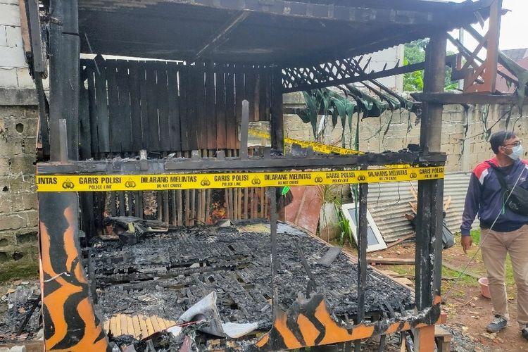 Kondisi posko salah satu organisasi masyarakat (Ormas) yang hangus terbakar di Jalan Setiabudi, Pondok Aren, Tangerang Selatan.