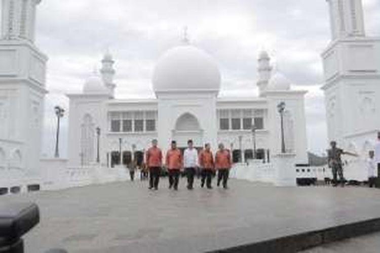 Dari kiri ke kanan, Mendagri Tjahjo Kumolo, Wakil Ketua MPR Oesman Sapta Oedang, Presiden Joko Widodo, Gubernur Kalbar Cornelis, dan Sekretaris Kabinet Pramono Anung di Masjid Oesman Al-Khair, Kayong Utara, Kalimantan Barat.