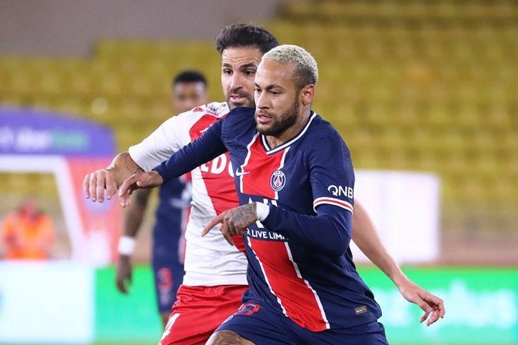 Pemain PSG, Neymar (depan), berduel dengan gelandang AS Monaco, Cesc Fabregas (belakang), pada laga yang termasuk dalam rangkaian pekan ke-11 Liga Perancis, Sabtu (21/11/2020) dini hari WIB.