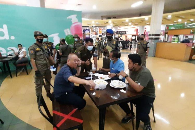 Satpol PP Tangerang Selatan menggelar razia kawasan tanpa rokok di pusat perbelanjaan.