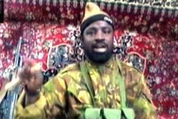 Foto ini diambil dari tayangan video yang menampilkan pemimpin kelompok militan Nigeria, Boko Haram, Abubakar Shekou yang mengklaim bertanggung jawab atas dua serangan paling berdarah terakhir di Nigeria.