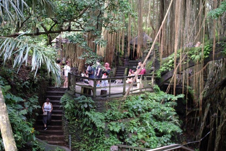 Pura di area Monkey Forest Ubud tercatat dibangun pada abad 14.
