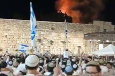 Sorak-sorai Warga Israel di Depan Kobaran Api di Kompleks Masjid Al-Aqsa