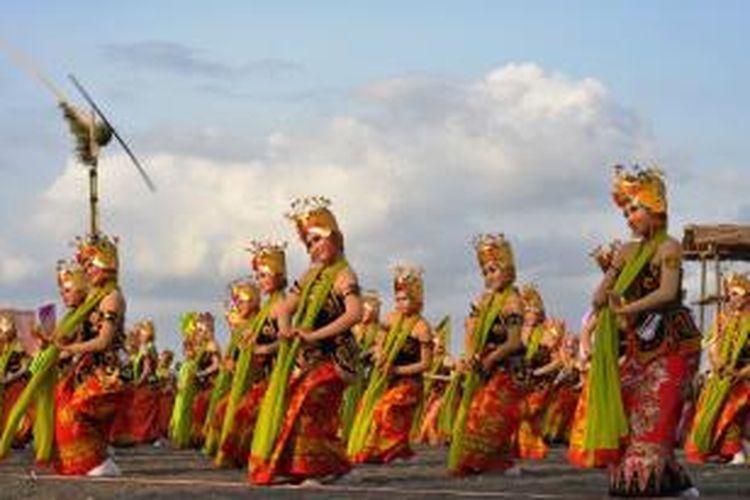 Sebanyak 1.208 penari Gandrung menampilkan tarian kolosal dengan tema 'Podo Nonton' di Pantai Boom Banyuwangi, Jawa Timur, Jumat (27/9/2015).