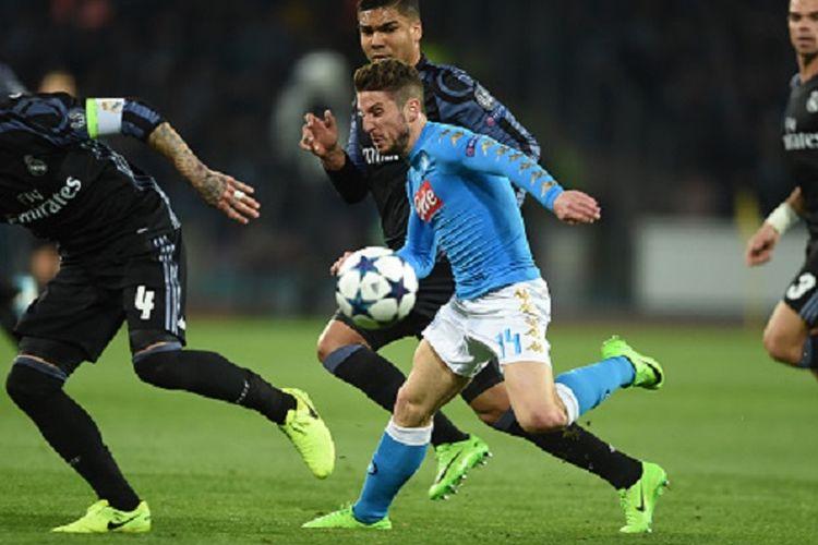 Dries Mertens dikawal ketat oleh Sergio Ramos, Pepe, dan Casemiro saat Napoli menjamu Real Madrid pada pertandingan Liga Champions di San Paolo, Selasa (7/3/2017).