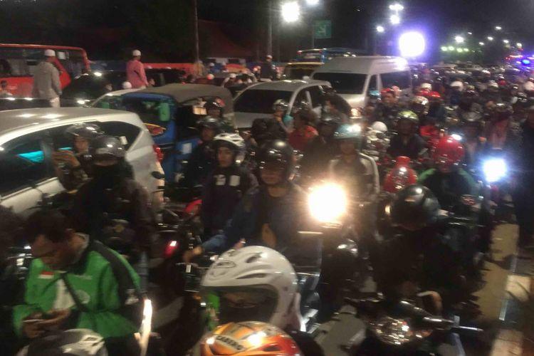 Kemacetan parah terjadi di kawasan  Simpang Tugu Tani hingga ke arah Stasiun Gambir, Jakarta Pusat, Senin (8/10/2018). Pantauan Kompas.com di lokasi, pukul 21.21 WIB, kemacetan kendaraan roda dua dan empat mengular hingga 2 kilometer. Bahkan, kendaraan di kawasan itu tak lagi bisa melintas.  Tampak seluruh pengendara mematikan mesin kendaraannya karena kemacetan yang begitu parah