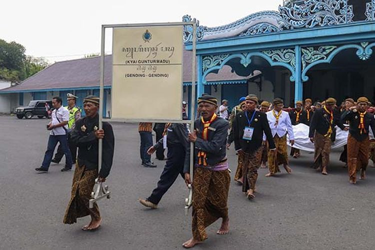Prosesi Mengantar Gamelan Sekaten ke Masjid Agung Surakarta