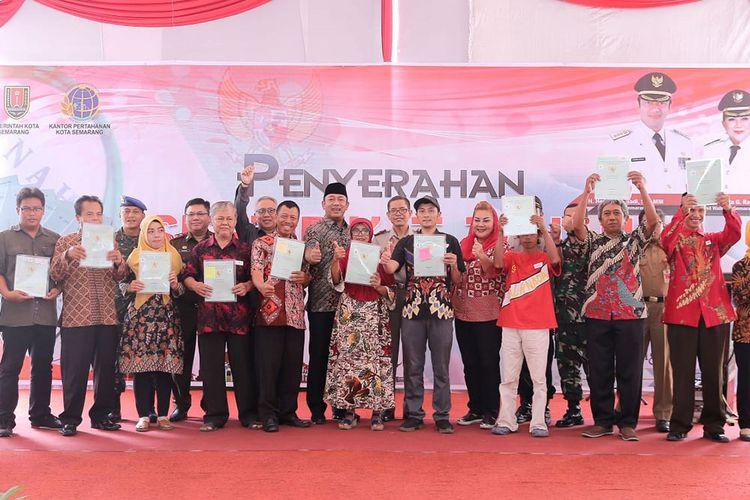 Penyerahan sebanyak 4.166 sertifikat kepemilikan tanah di Halaman Balai Kota Semarang, Senin (27/1/2020)
