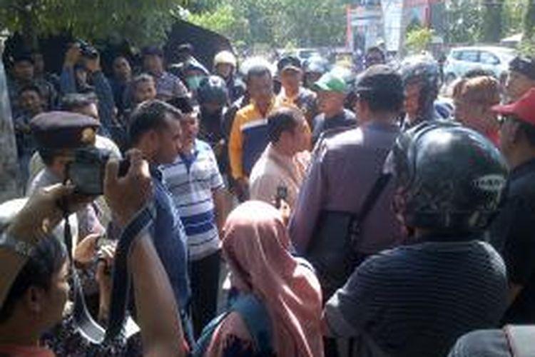Masa bersitegang di depan kantor KPU Kota Mataram.