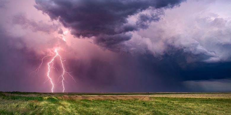 Ilustrasi petir saat badai.