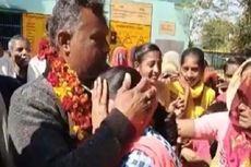 Guru Ini Dipindahkan, 1 Desa Menangisi Kepergiannya