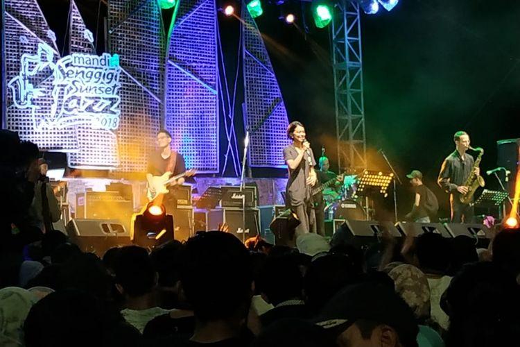Penyanyi Eva Celia tampil di Senggigi Sunset Jazz 2018 di Pantai Senggigi, Lombok Barat, Minggu (9/12/2018).