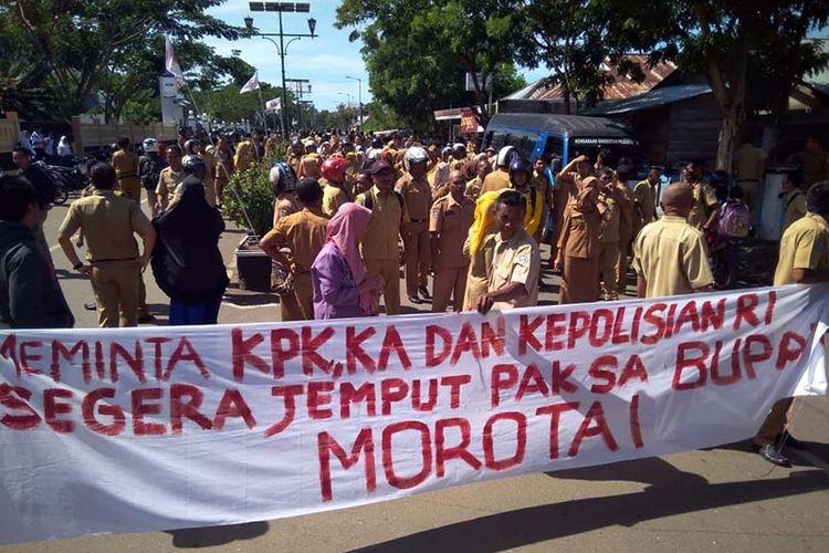 Ratusan masyarakat dan ASN di Kabupaten Pulau Morotai gelar aksi tuntut Bupati Morotai mundur serta menangkap Bupati Morotai Beny Laos, Senin (19/11/2018)