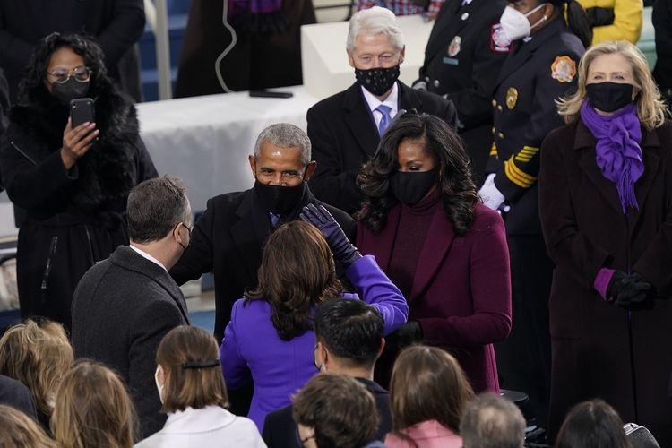 Wakil Presiden AS terpilih Kamala Harris dan suaminya Doug Emhoff berbicara dengan mantan Presiden Barack Obama dan istrinya Michelle Obama saat mereka tiba untuk Pelantikan Joe Biden sebagai Presiden AS di Gedung Capitol AS, Washington DC, Rabu (20/1/2021).
