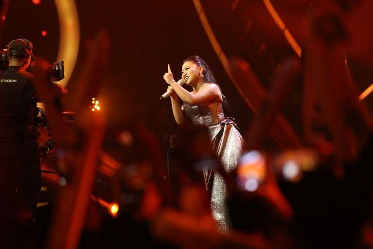 Maria Simorangkir tampil di panggung Result and Reunion Show Indonesian Idol 2018 yang digelar di Ecovention Taman Impian Jaya Ancol, Jakarta Utara, Senin (23/4/2018).