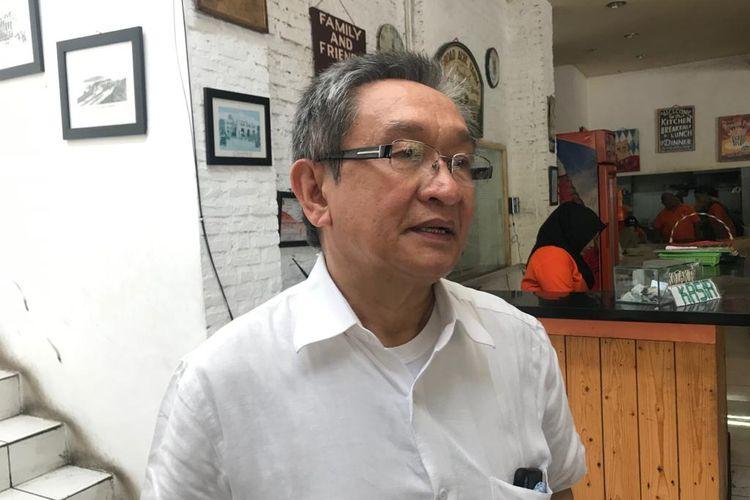 Anggota tim hukum PDI-P Maqdir Ismail ketika ditemui di Warung Komando, Tebet, Jakarta Selatan, Minggu (19/1/2020).