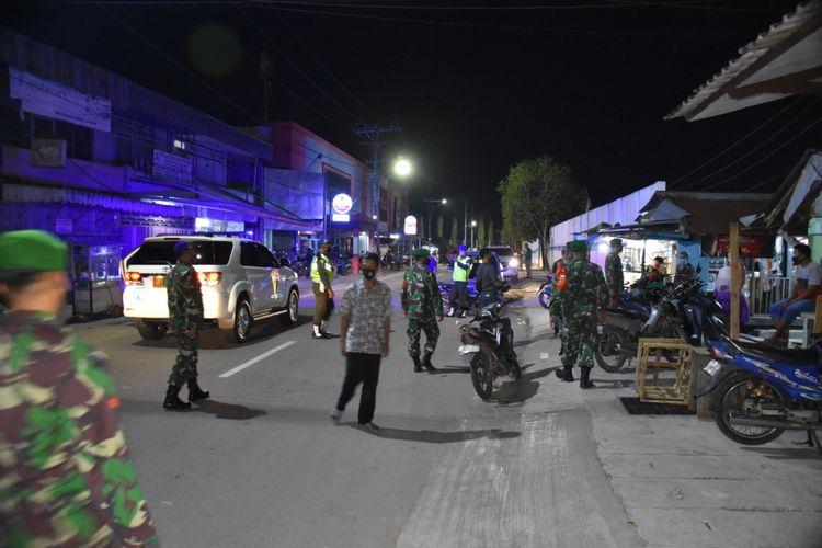 Personel TNI bersama tim gabungan Pendisiplinan Protokol Covid-19 saat melakukan operasi penertiban di Samarinda, Kaltim, Selasa (22/9/2020).