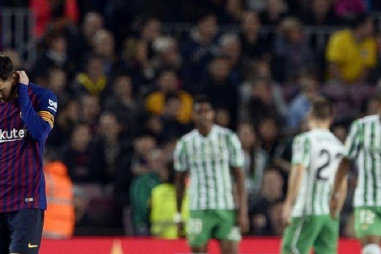 Pemandangan kontras pada pertandingan Barcelona vs Real Betis di Stadion Camp Nou, 11 November 2018. Lionel Messi tampak sedih ketika para pemain Real Betis merayakan gol ke gawang Barcelona.