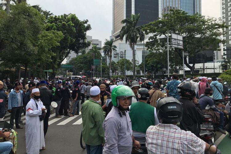 Massa demonstran memenuhui Jalan Budi Kemuliaan sehingga menyebabkan kemacetan di sepanjang jalan tersebut, Selasa (13/10/2020).