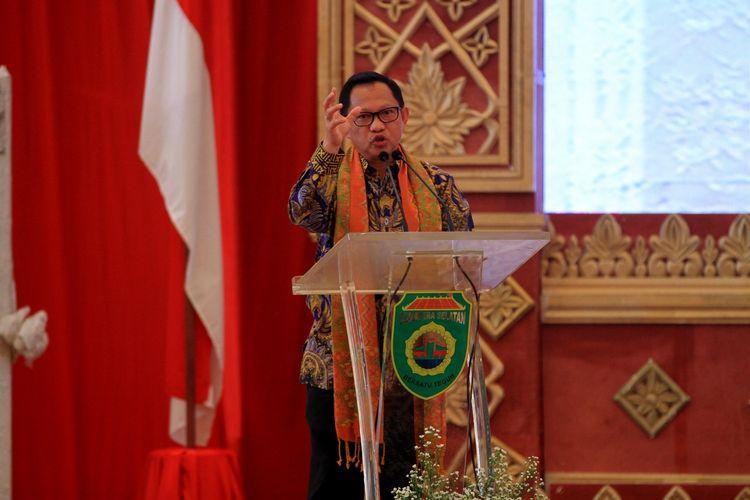 Menteri Dalam Negeri (Mendagri) Tito Karnavian saat memberikan paparan dalam rapat kerja perecepatan penyaluran dan pengelolaan dana desa di Palembang, Sumatera Selatan, Jumat (28/2/2020).