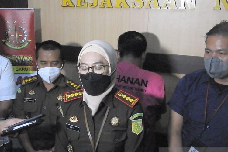 Kepala Kejaksaan Negeri Garut Neva Sari Susanti menunjukkan seorang terpidana kasus korupsi yang menjadi buronan sejak 12 tahun lalu. Buronan berhasil ditangkap di Kabupaten Subang, Jawa Barat.