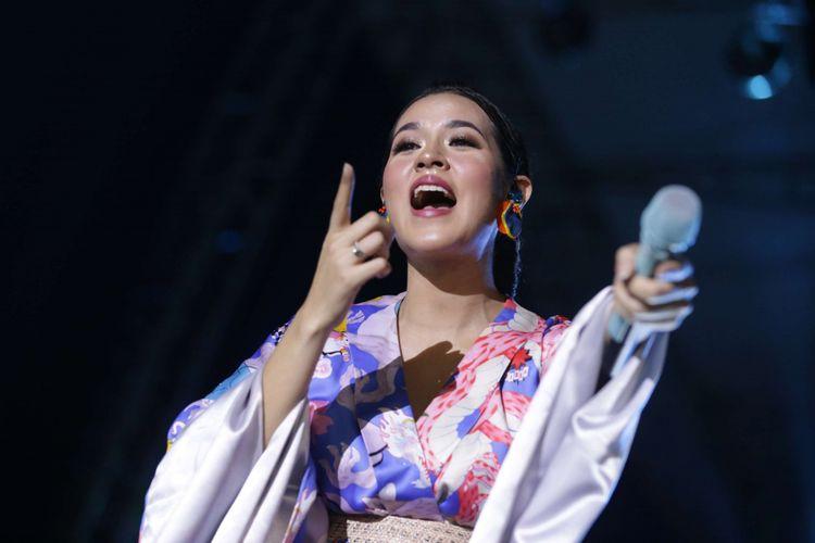 Penampilan Raisa menghibur para penonton saat acara Jak Japan Matsuri di Plaza Tenggara, Gelora Bung Karno (GBK) Senayan, Jakarta, Minggu (9/9/2018). Acara tahunan ini merupakan acara peringatan 60 tahun hubungan diplomatik Indonesia dan Jepang, sejumlah artis Indonesia dan Jepang memeriahkan acara ini salah satunya Isyana, Raisa, JKT48, AKB48, Kiroro dan lain-lain.